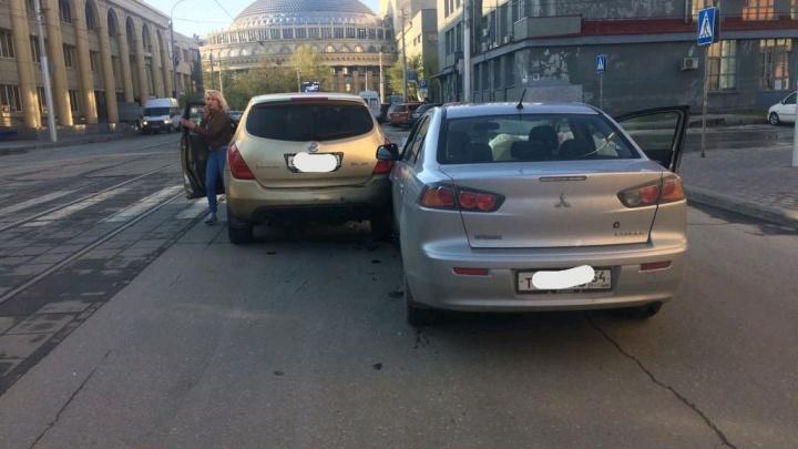 Девушка за рулём «Мицубиси» отвлеклась и врезалась в «Ниссан» в центре Новосибирска