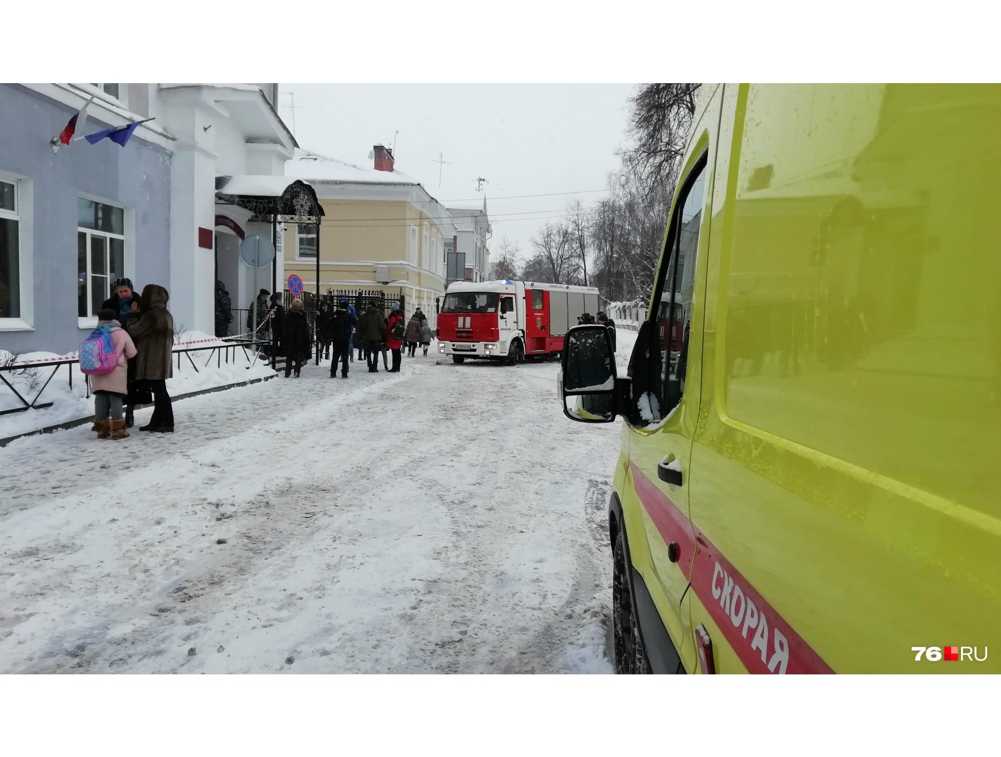 Сначала из школы эвакуировали всех людей, и к школе подъехали спецслужбы