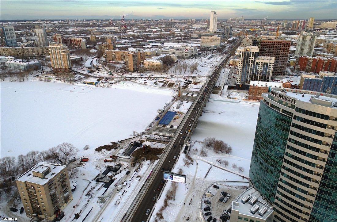 Прокладывают трубопровод и переносят грунт: смотрим с высоты, как реконструируют Макаровский мост
