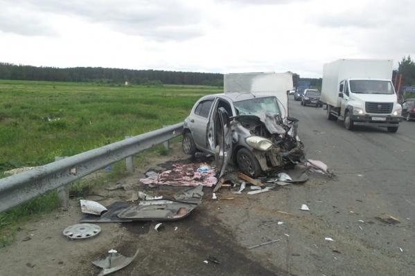 В аварии на ЕКАД пострадали женщина-водитель и пассажир легковушки, а также водитель грузовика