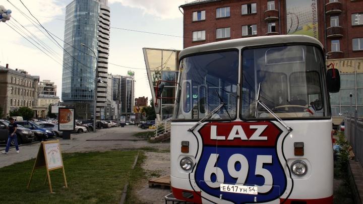 Старый автобус в центре Новосибирска превратилив кафе с сосисками по 150 рублей