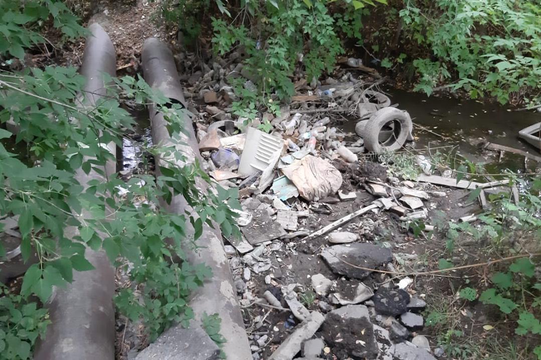 То же самое место после уборки, которую, по данным администрации Калининского района, делали три дня — с 12 по 14 июля