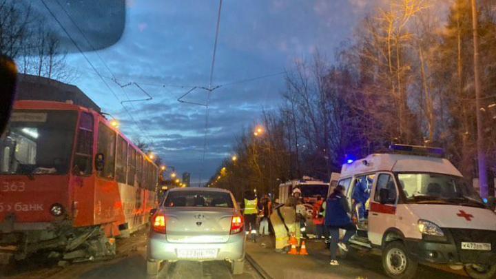 На Гагарина возле кладбища произошла авария, из-за которой встали трамваи и образовалась пробка