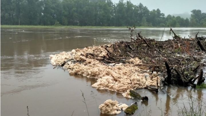 Жителей Башкирии напугала пена, плывущая вниз по реке