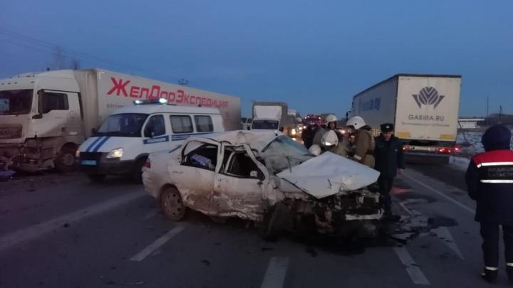 Пенсионер на Fiat устроил ДТП с двумя фурами на Тюменском тракте и погиб