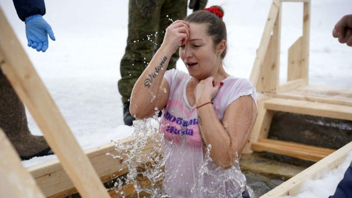 Танки, ретромашины и ледяная вода: как в Омской области празднуют Крещение