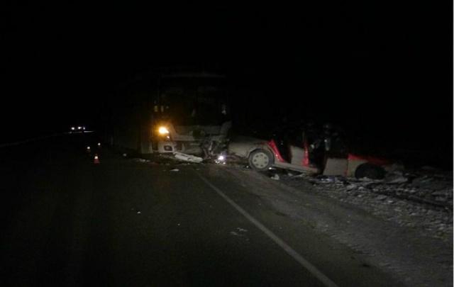 В Зауралье столкнулись легковой автомобиль и автобус. Один человек погиб, четверо — пострадали