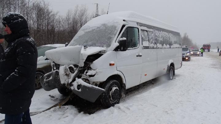 В столкновении автобуса и грузовика под Краснокамском пострадали 9 человек