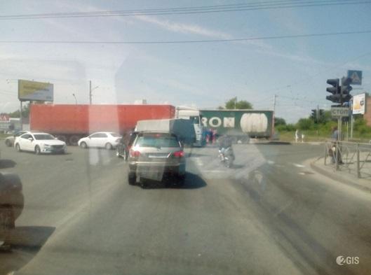 Тройная авария с фурой заблокировала перекрёсток Немировича-Данченко и Троллейной