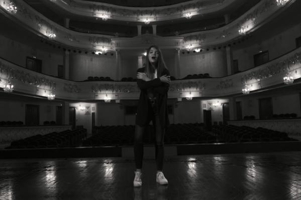 Ева сняла дебютный клип в театре