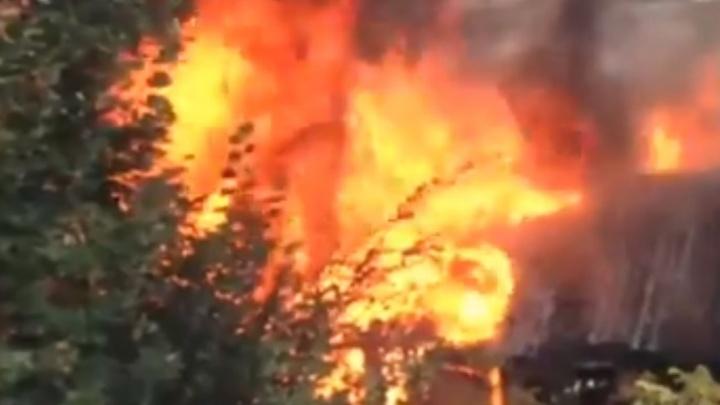 «Расчищают место под застройку?»: в Самаре на улице Юных Пионеров горели сараи