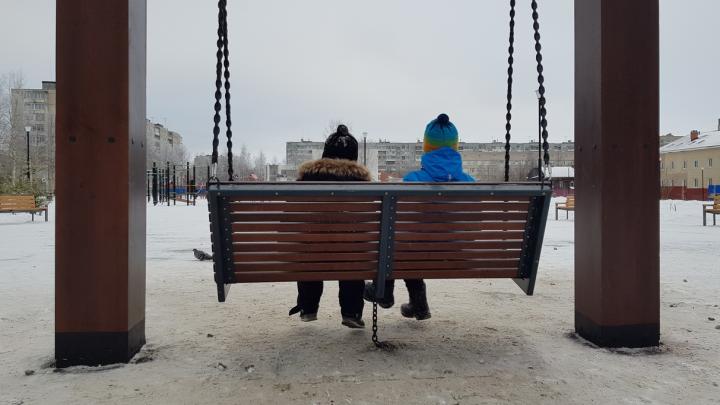 Чтобы не раскачивались: в архангельском парке «Зарусье» новые качели приковали цепью к земле