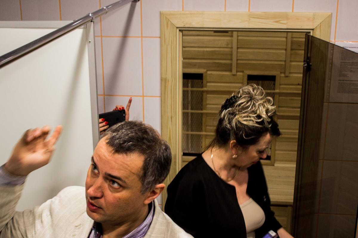 Евгений показывает «умный»душ и сауну —чиновники удивляются