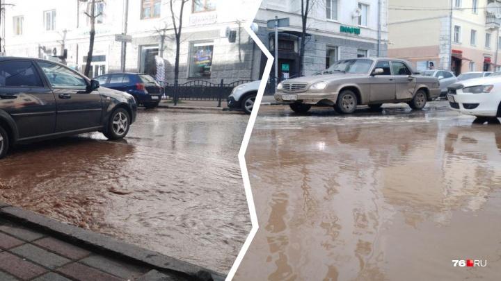 «Машины могут провалиться»: из-за потопа в центре Ярославля вздулся асфальт