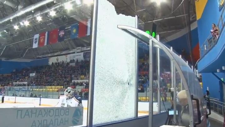 Хоккеист Сёмин мощным броском шайбы разбил стекло на «Арене.Север»