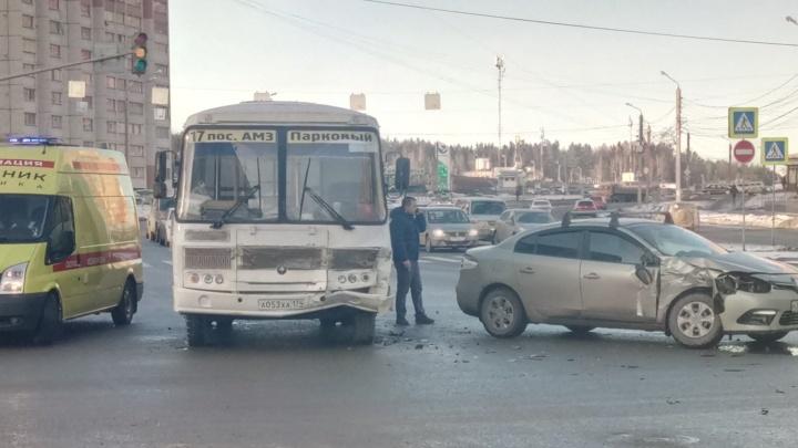 В ДТП с маршруткой на Северо-Западе Челябинска пострадали женщина и трёхлетний ребёнок