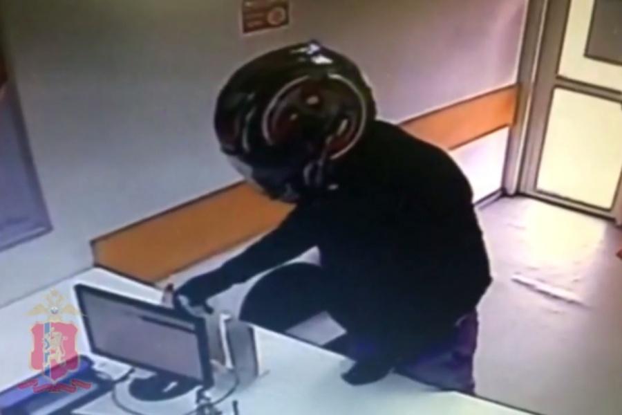 Мужчина вмотошлеме грозил бутыльком сводой играбил кабинеты микрозаймов