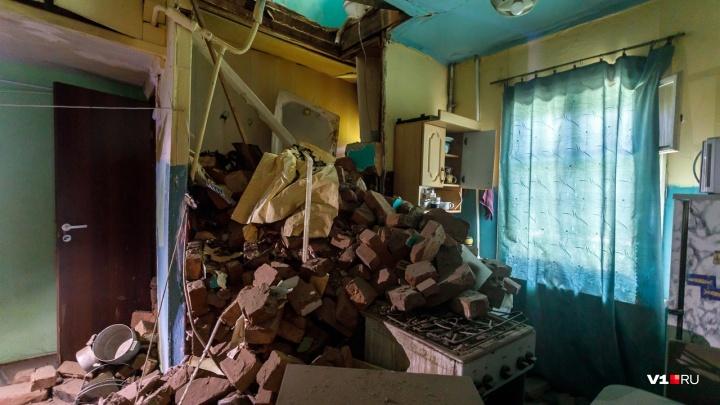 «Нашей времянке уже 66 лет»: жильцы разрушенного дома в Волгограде не могут вернуться в квартиры