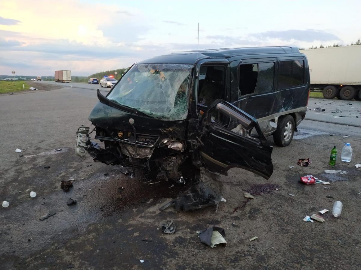 Лобовой удар пришёлся на водительскую сторону микроавтобуса