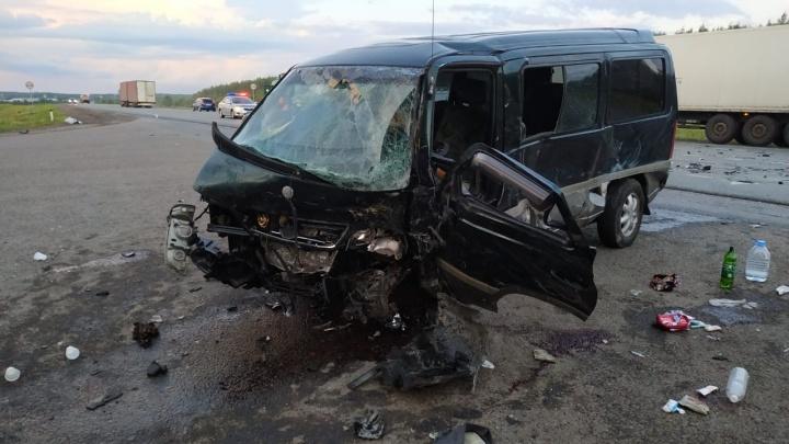 Дальнобойщик из Челябинской области спровоцировал смертельную аварию с микроавтобусом