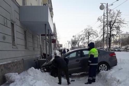 В Уфе автомобиль въехал в здание суда на проспекте Октября