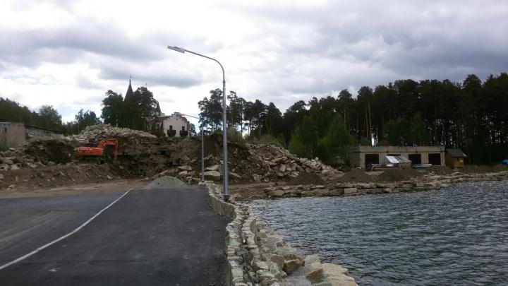 «Закатали» берег: клуб «Золотой пляж» оштрафовали заасфальтирование набережной возле озера Тургояк