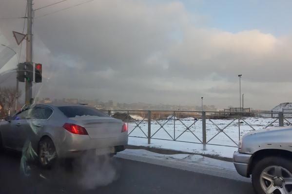 Возникновению туманной дымки способствовала смена погоды — после сильных ветров в области наступило затишье