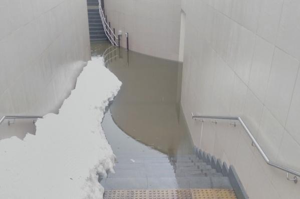 Чтобы пройти через такой тоннель, нужны высокие резиновые сапоги
