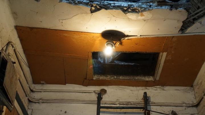 «Обеспечим доступ на второй этаж»: в мэрии прокомментировали обрушение потолка в бараке на Степной