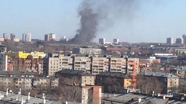 «Опять горит кровля»: жители Эльмаша рассказали о пожаре на ЗиКе