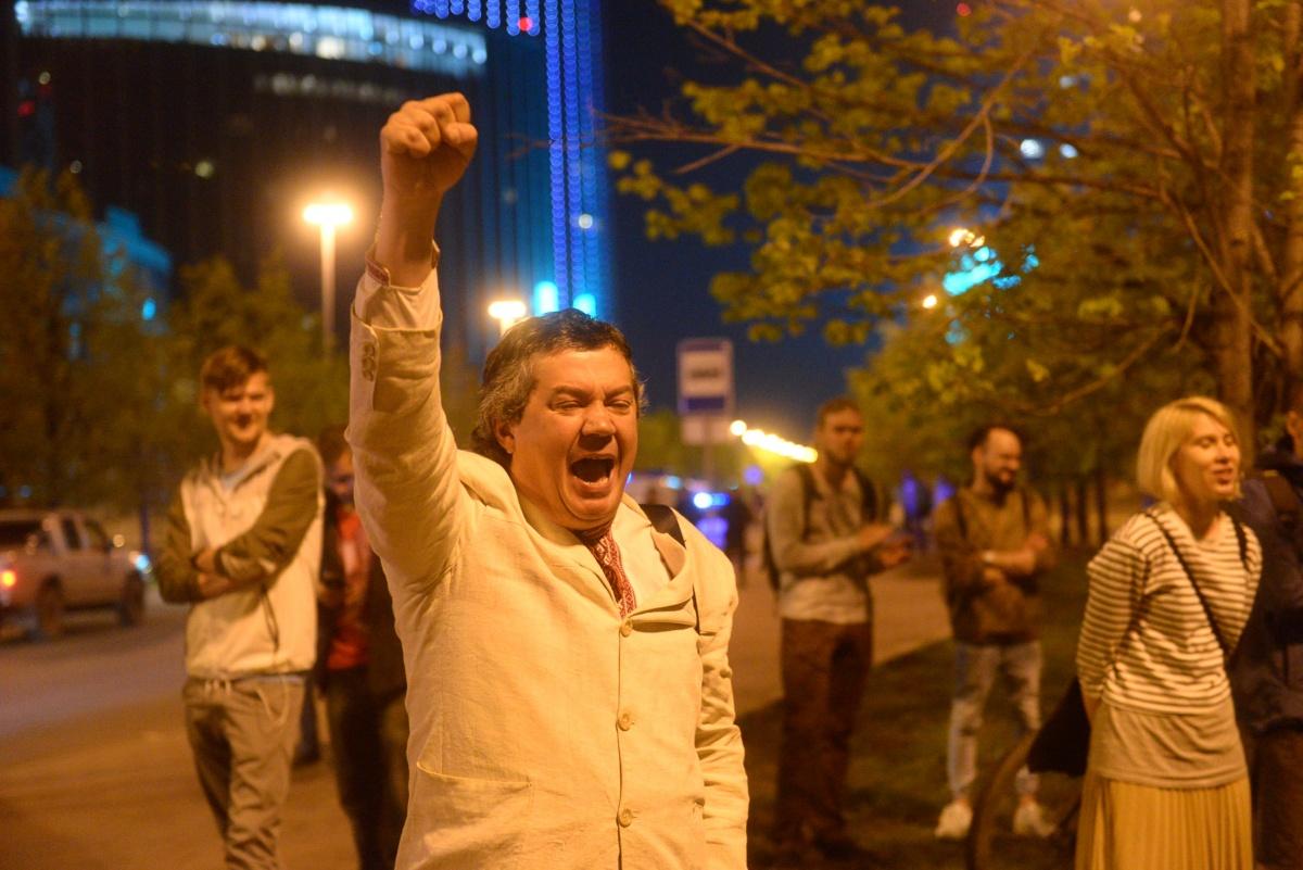 Жители Екатеринбурга вновь оказались по другую сторону забора, но не расходились до самого утра