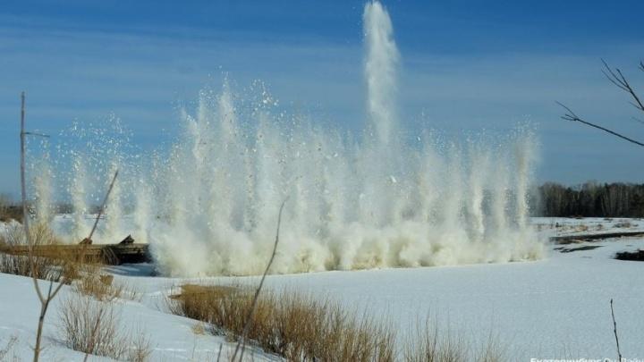 В Свердловской области начали взрывать лёд и готовиться к паводку