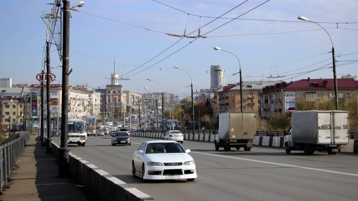 Из-за ветхого состояния Ленинградского моста омичам запретят облокачиваться на его перила
