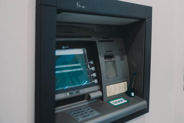 Банкомат взял деньги, но «умная» система сразу поняла, что купюры отличаются от настоящих