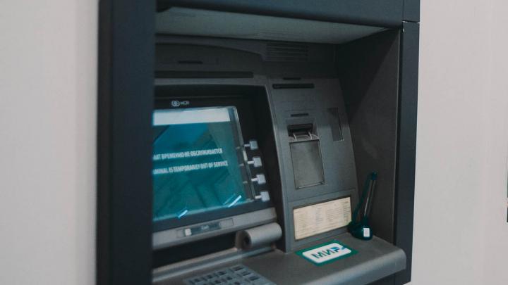 В Тюмени мужчина «накормил» банкомат фальшивыми деньгами. Мошенника задержали полицейские