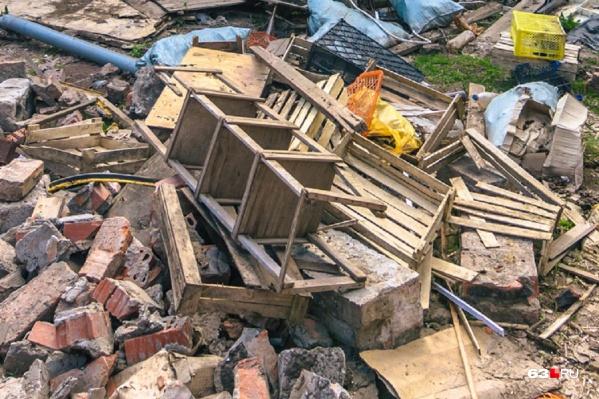 Самарцы жалуются на заваленные мусором дворы