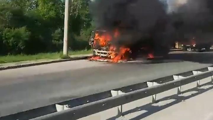 Пламя окутало всю машину, дым был виден издалека. На тобольской дороге вспыхнул грузовик