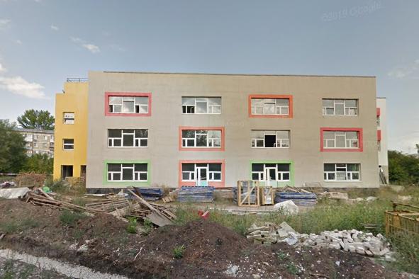 Так здание и территория около него выглядели в сентябре 2018 года