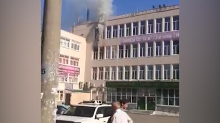 Как все горело: очевидцы засняли на видео первые минуты пожара в здании уфимского ресторана