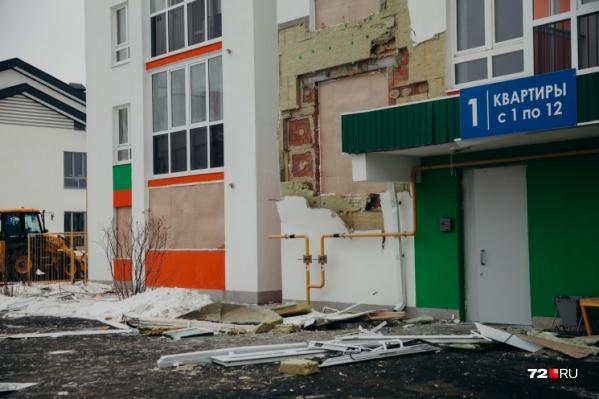Из-за взрыва одна из квартир загорелась, взрывной волной там вынесло окна, повредило двери