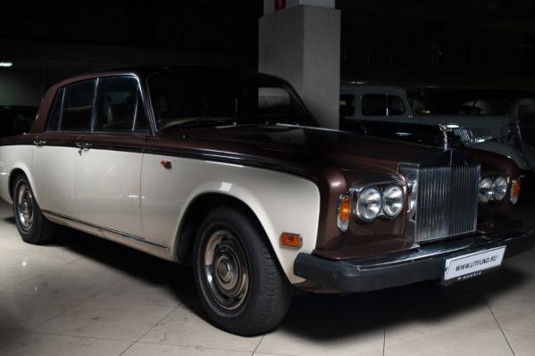 ЭтотRolls-Royce Silver Shadow II 1979 года оценён в 42 500 условных единиц. Но на фоне остальных экземпляров он выглядит недорогим и массовым продуктом