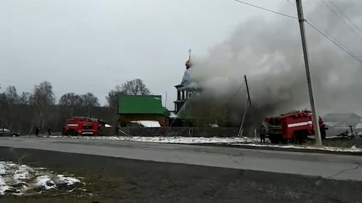 На тушение огня в храме в Межевом прибыли пять пожарных расчётов