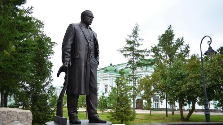У драмтеатра наконец установили памятник Михаилу Ульянову