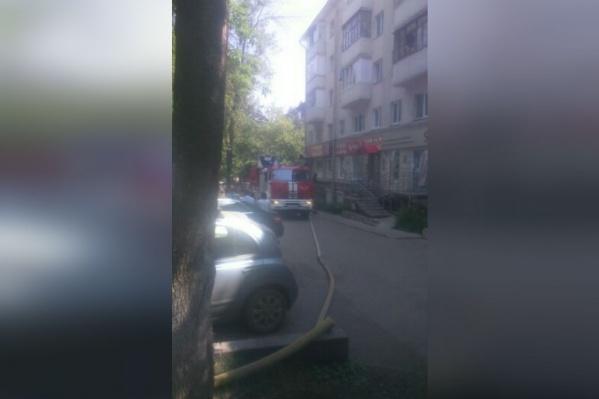 Пожарные уже проникли в квартиру