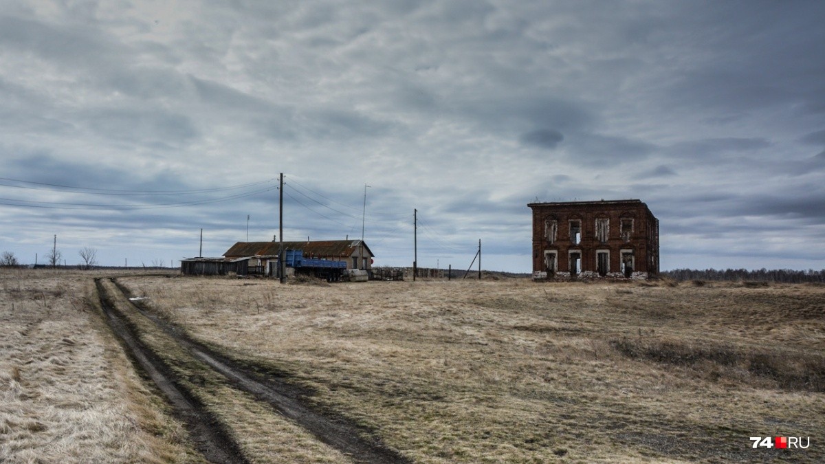 По соседству — разрушенное конторское здание, в котором до середины 70-х работала школа-интернат. Это было в годы основательного загрязнения Течи