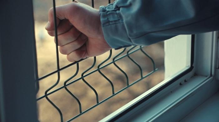 Как защитить ребёнка от падения из окна