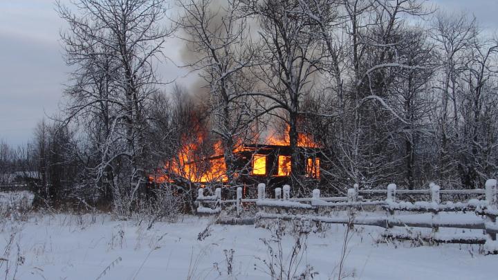 Вернулся и увидел пожарище: в Шенкурском районе дотла сгорел частный деревянный дом