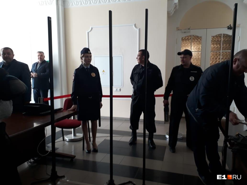 Сквер остаётся в игре, опрос займёт месяц: главное со встречи Высокинского и защитников храма