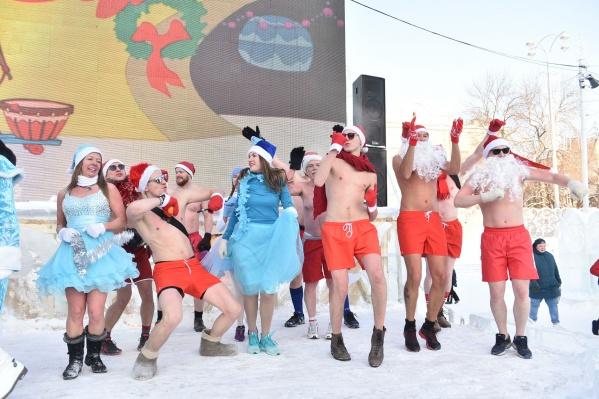 Деды Морозы весело провели время со Снегурочками