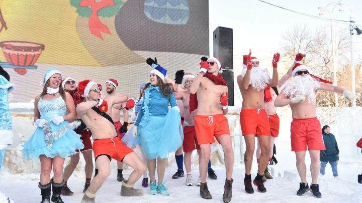 Полуголые Деды Морозы пробежали по центру Екатеринбурга, несмотря на резкое похолодание